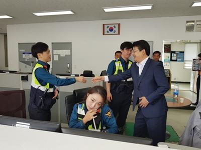복기왕 아산시장, 추석날 주요 비상 상황근무실 방문·· 따뜻한 격려 관련사진