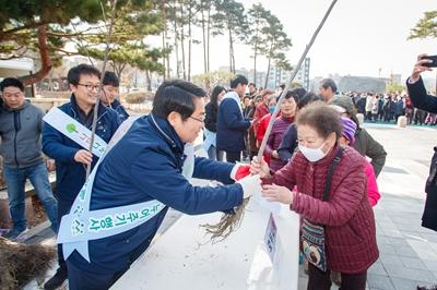 아산시, 나무 나누어주기 행사 개최 관련사진